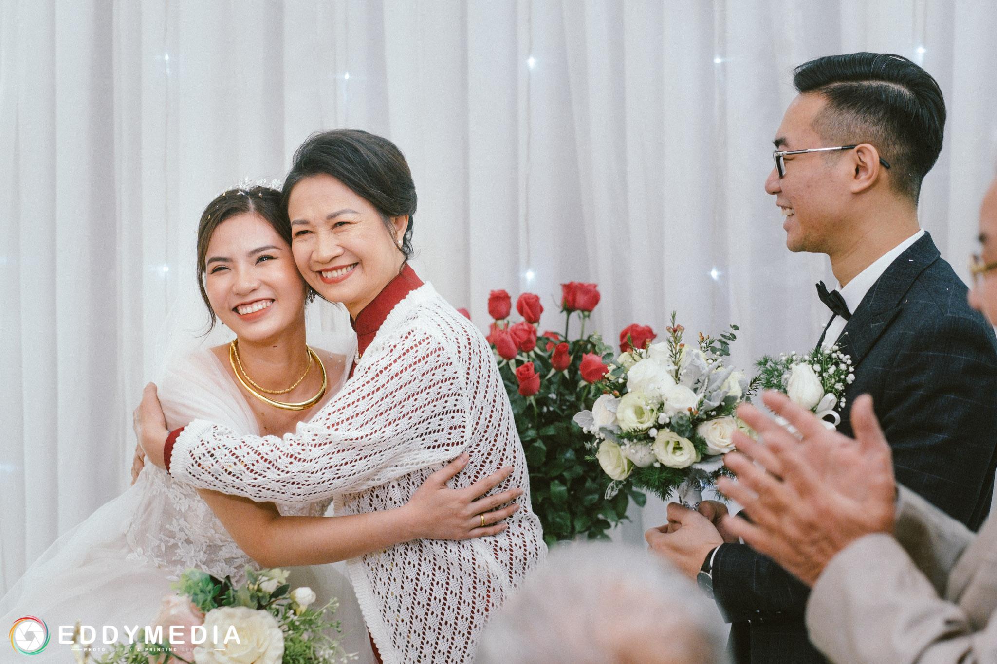 tạo dáng chụp ảnh đám cưới ăn hỏi